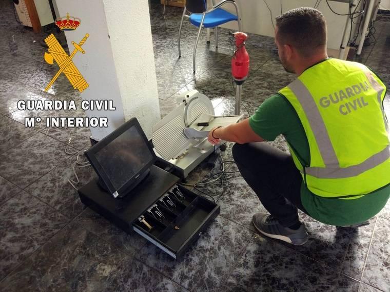 Guardia Civil detiene a dos personas por hurto cometido en el Club Náutico de Almerimar