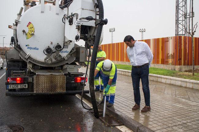 Ayuntamiento y Aqualia intensifican la limpieza de imbornales para evitar inundaciones
