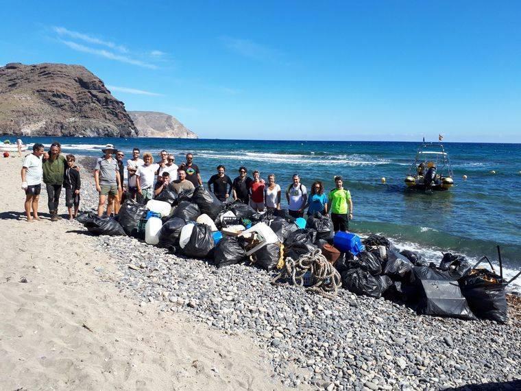 Cien voluntarios limpian las calas de Cabo de Gata