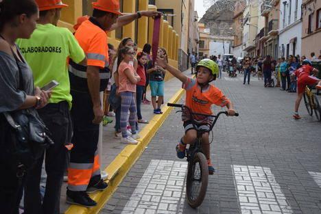 Los niños muestran su habilidad en la popular Carrera de Cintas de la Feria de Gádor