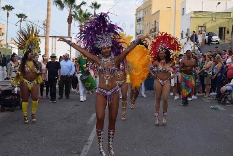 Animado pasacalles, bailarinas brasileñas y charanga en el gran desfile de carrozas de las fiestas de Gádor