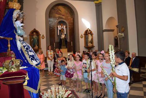 Los gadorenses muestran con flores su cariño y devoción a la Virgen Del Rosario