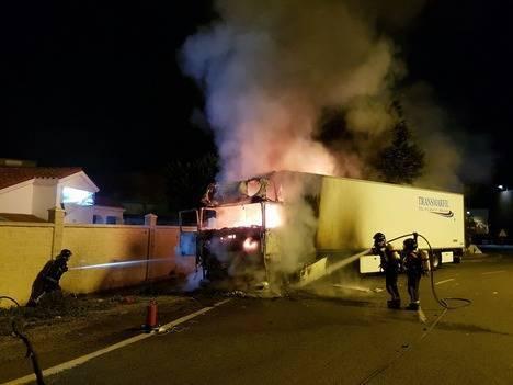 Los Bomberos sofocan el incendio originado en la cabeza tractora de un trailer en Huércal