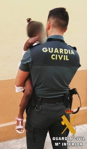 La Guardia Civil auxilia a una menor de 3 años que se encontraba sola y asomada al balcón de su casa