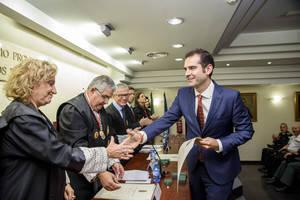 El Ayuntamiento recibe el escudo de plata del Colegio Oficial de Abogados de Almería con motivo de la fiesta por Santa Teresa