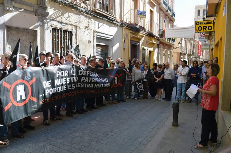 Amigos de la Alcazaba se concentra para proteger la Casa Góngora y la arquitectura tradicional de Almería