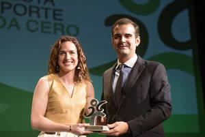 El alcalde entrega el premio a Alhambra Nievas, mejor árbitro del mundo de rugby, en la Fiesta del Deporte de Onda Cero