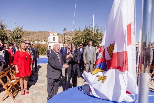 El municipio más pequeño de la provincia estrena la nueva bandera de Almería aprobada por el PP