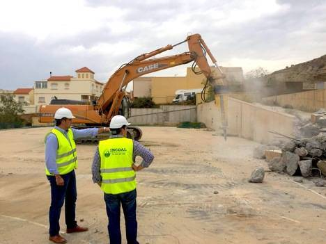Ayuntamiento de Viator tira una piscina para construir un colegio