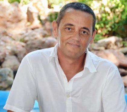 Antonio Carbonell presenta su poemario 'Que todo parezca' en la Biblioteca de Roquetas de Mar