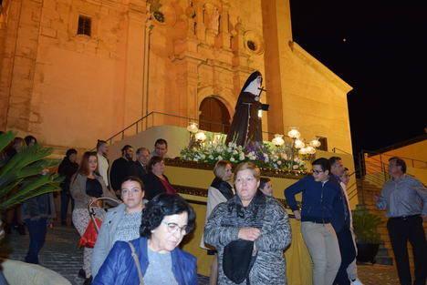 Gádor agasaja a Santa Ángela de la Cruz con una lluvia de pétalos durante la procesión en su honor