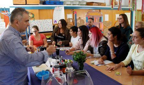 Jóvenes abderitanos aprenden a realizar cócteles saludables sin alcohol