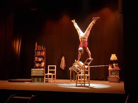 Los malabares y acrobacias de 'Vademekun' llevan el circo clásico al Teatro Apolo