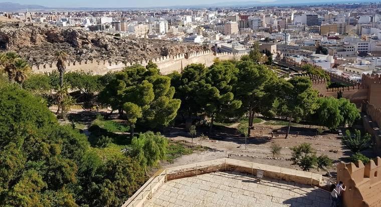 Una sola persona para el mantenimiento y la jardinería de toda la Alcazaba