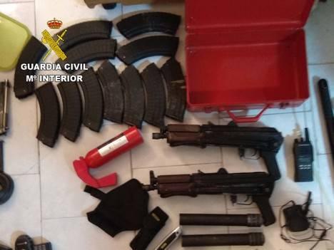 Intervenidos dos Kalashnikov AK 47 en Roquetas a un sujeto con antecedes por falsedad documental fugado a Melilla