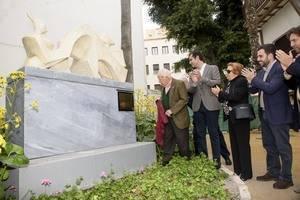 Eduardo Cruz y el alcalde descubren las dos esculturas donadas por el artista
