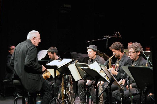 El prestigioso Mike Gibbs dirige con maestría a la Clasijazz Big Band en el Teatro Apolo