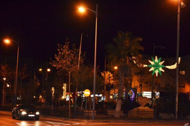 Siete grandes árboles luminosos y 150 arcos son el alumbrado navideño de Vícar