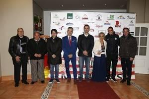 El alcalde recibe el premio a 'Aficionado del Año' de la UD Almería por parte de la Peña Milhojas
