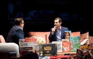 El alcalde entrega una decena de juguetes en el marco del III Reto Solidario
