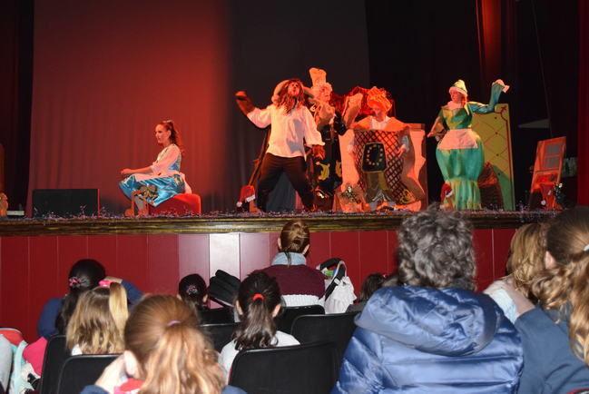 """El musical """"La Bella y la Bestia"""" traslada la magia a los niños de Gádor"""