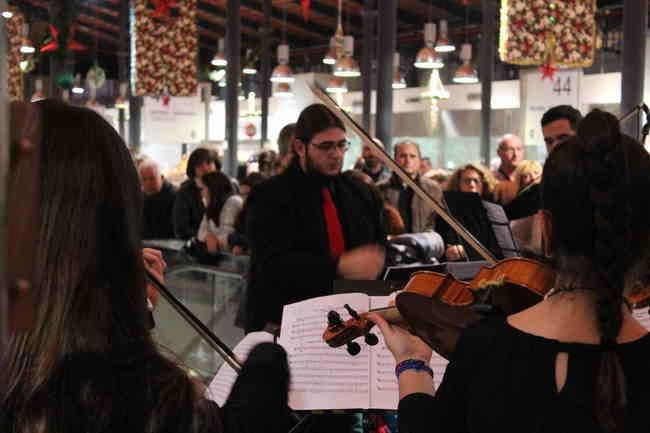 La Orquesta Joven de Almería lleva la alegría de la Navidad al Mercado Central