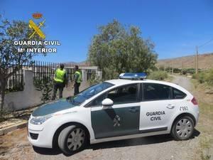 Guardia Civil auxilia a una persona que amenazaba con tirarse desde el tejado de un cortijo de aperos