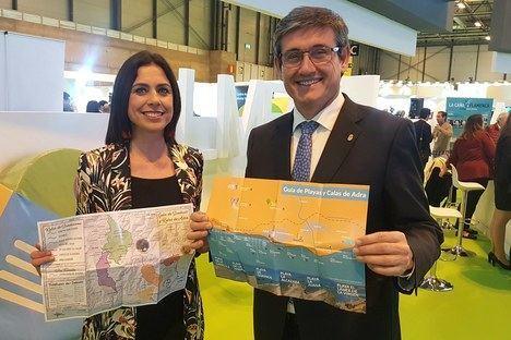 Adra distribuye en FITUR nuevo material promocional sobre rutas senderistas y calas