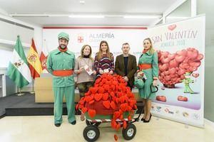 Photocall de besos y carteros del amor por San Valentín en Almería