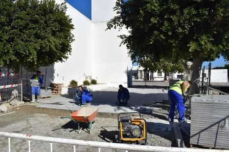 El Ayuntamiento de Níjar mejora el acerado en distintos puntos de San Isidro