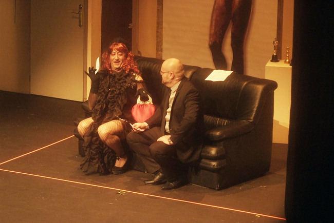 Gran éxito de 'Un funeral para morirse de risa' en el Auditorio de Roquetas