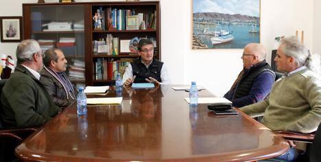 El alcalde de Adra informa a la Junta Central de Usuarios sobre el encauzamiento del Río Adra