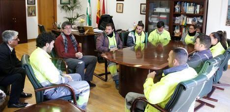 """Alcalde agradece el """"esfuerzo por mejroar Adra"""" a los jóvenes beneficiarios de los planes de empleo"""