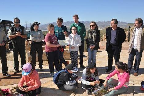 La Junta y alumnado del CEIP Federico García Lorca (Pulpí) realizan una suelta de un búho Real y un águila ratonera
