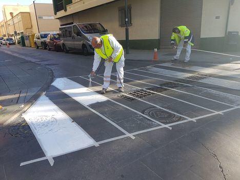 Nueva fase de repintado de pasos de peatones en Adra