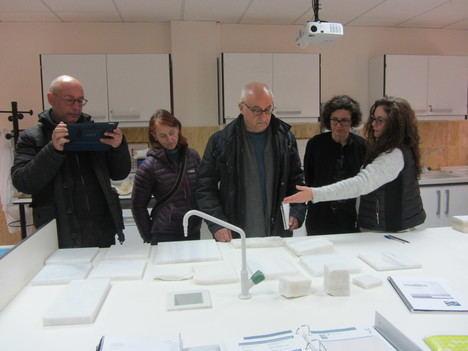 El equipo redactor del proyecto de reconstrucción del Patio del Castillo de Vélez-Blanco visita la Escuela del Mármol