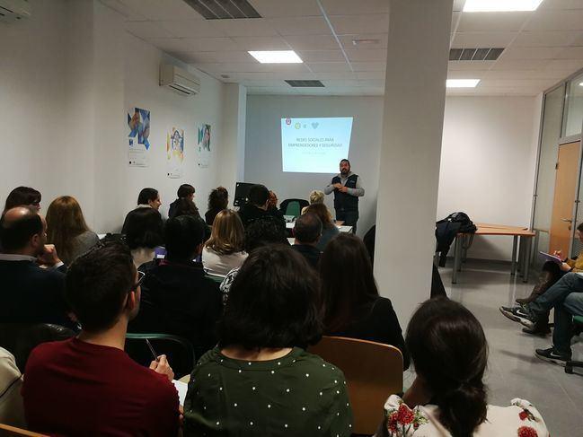 Emprendedores de El Ejido aprenden sobre redes sociales en el CADE
