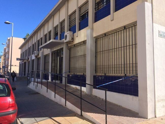 El PSOE reprocha al PP que lleve un mes sin actuar después de que se cayera en Las 500 la cornisa del centro de mayores