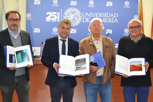 'Guiños' encuadernados por la Universidad de Almería para Carlos Pérez Siquier