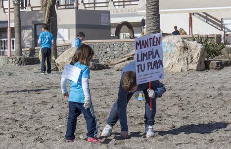Alumnos del CEIP Federico García Lorca se suman a la Campaña de Limpieza de Playas