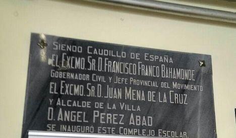 Un colegio de Níjar mantiene una placa en memoria de Franco