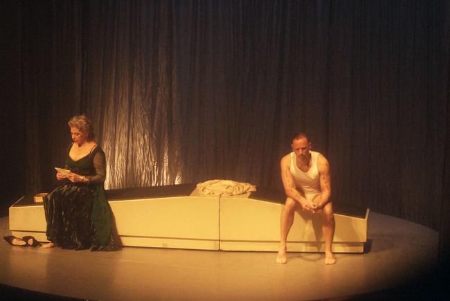 Kiti Mánver puso la palabra y Chevi Muraday la danza en el montaje 'Sensible' en Roquetas de Mar