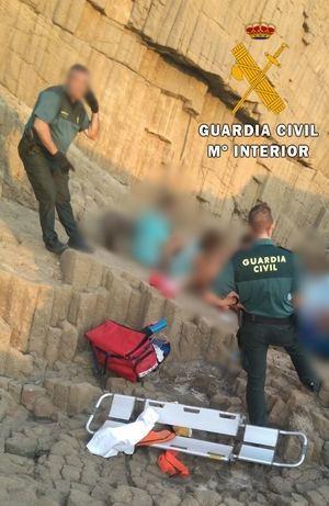 La Guardia Civil auxilia a dos personas que habían caído por un barranco en Nijar