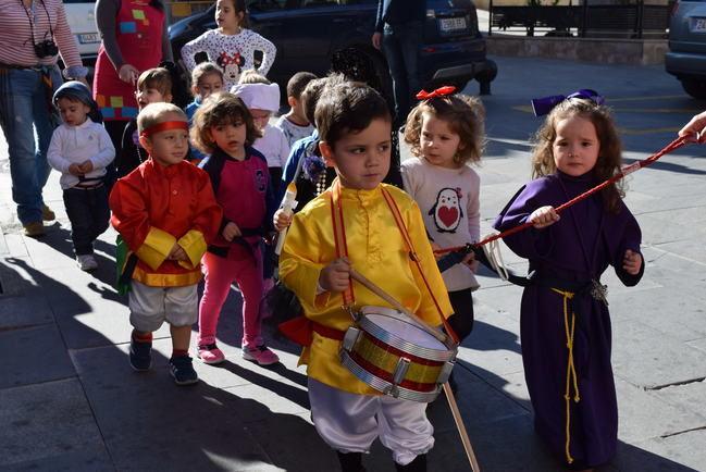 Los niños de la guardería de Gádor llevan a cabo su singular procesión de Semana Santa