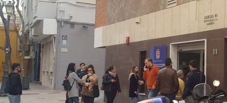 IU denuncia largas colas para el pago de tributos municipales
