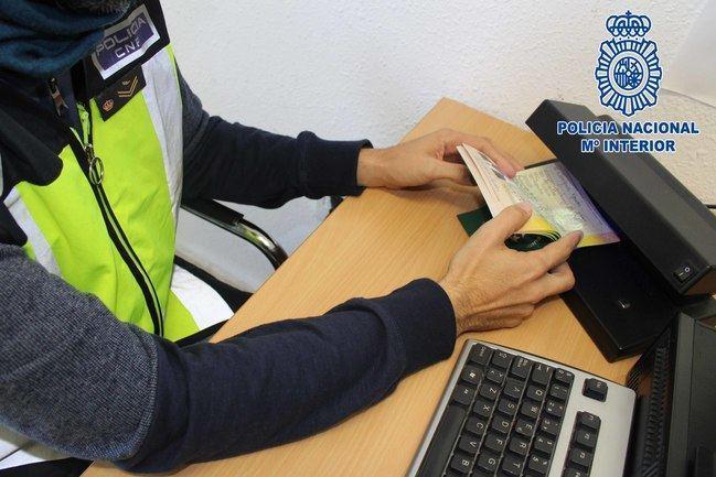 detenidos dos individuos por falsificar documentos para