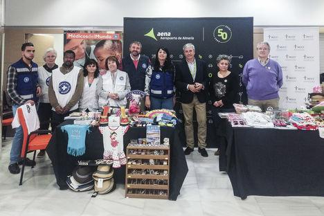 Mercadillo solidario de Médicos del Mundo y la Asociación Española Contra el Cáncer en el Aeropuerto