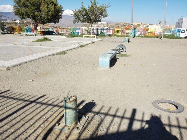 El PSOE critica el parque de Los Almendros esté destrozado