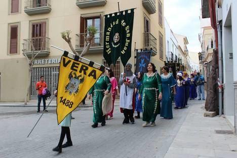 El consejero de Agricultura abre las fiestas de Moros y Cristianos en Vera