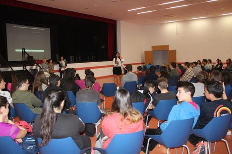 Unos 300 alumnos del IES Carmen de Burgos se forman contra la violencia de género